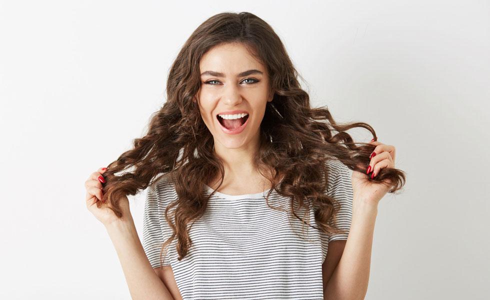 uso de mousse para el cabello encrespado